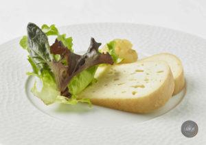 Tranches de fromage Curé Nantais avec feuille de chêne.