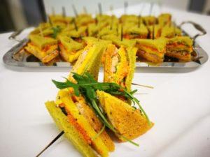 Mini club sandwich multicolore, tartare de crevette et saumon dictionnaire mariage traiteur lebot